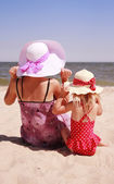Girl with her mother on the shore of the sea — Stock Photo