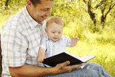 отец с сыном, читая библию — Стоковое фото