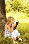 молодая девушка читает библию — Стоковое фото