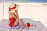 Little girl playing on the sea shore — Stock Photo