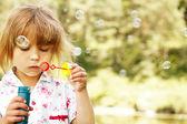 Fille avec des bulles — Photo