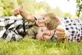 Familia sobre hierba — Foto de Stock