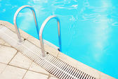 Step in the blue pool water — Foto Stock