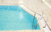 Kroki w basenie woda — Zdjęcie stockowe