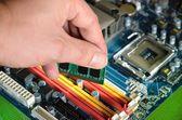 установка оперативной памяти компьютера — Стоковое фото
