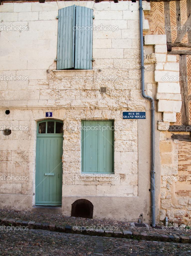 Geschlossene haustür  Haustür und geschlossenen Fensterläden in Frankreich — Stockfoto ...