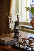 Old microscope on the desk of the doctor — Stock Photo