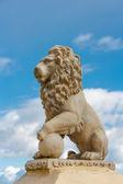 Statue of a lion against a blue sky — Stock Photo