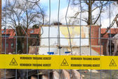 Yellow tape with Dutch text 'no trespassing asbestos' — Stock Photo