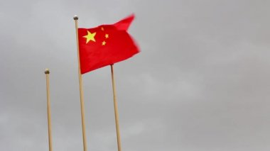 Chinese flag flying during bleak weather — Stock Video