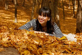 Smiling girl in the autumn park — Stock Photo