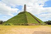Pyramide d'austerlitz construit en 1804 en néerlandais — Photo