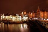 城市风景名胜阿姆斯特丹中央火车站在晚上在与 — 图库照片
