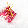 Christmas present in the snow — Stockfoto