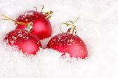 рождественские шары в снегу — Стоковое фото