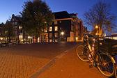Amsterdam streetview in den niederlanden in der dämmerung — Stockfoto