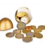 dinheiro dourado de ovo e euro quebrado — Foto Stock