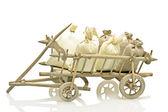 Staré staromódní dřevěný vozík s pytle stonků a brambory — Stock fotografie