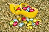 Küçük renkli yumurta ile geleneksel hollanda tahta takunya — Stok fotoğraf