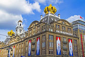 AMSTERDAM, NETHERLANDS - APRIL 30: decorated buildings on occasi — Stock Photo