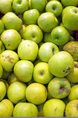 Organic apples in the market stall — Stock Photo