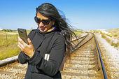 Junge schöne frau ist eine sms-nachricht schreiben — Stockfoto
