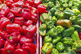 Organic green and red sweet peppers in the supermarket — Stock Photo
