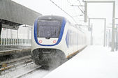 Train driving in snowstorm at Bijlmerstation in Amsterdam Nether — Stock Photo