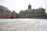 Snowy damsquare with the Royal Palace in Amsterdam — Stock Photo