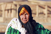 An old nomad woman in the desert — Stock Photo