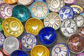 Tajines colorés à vendre à un étal de marché — Photo