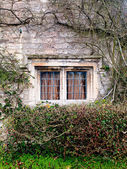 Gated windows su una casa di pietra — Foto Stock