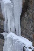 雪で覆われた岩 — ストック写真