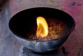 Fuego sagrado, las lámparas de aceite de coco en un templo budista — Foto de Stock