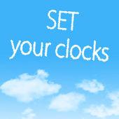 云形图标与蓝蓝的天空背景上的设计 — 图库照片