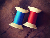 Thread rolls on wood background old retro vintage style — 图库照片