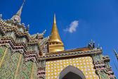 Golden pagoda and stupa at Wat Pra Kaew — Stock Photo