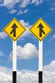 Fusionerande lane från vänster och höger vägen skyltat — Stockfoto