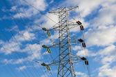 高電圧送電線と鉄塔 — ストック写真