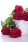 Czerwone róże w kosz upominkowy — Zdjęcie stockowe