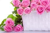Rosas en una cesta de regalo — Foto de Stock