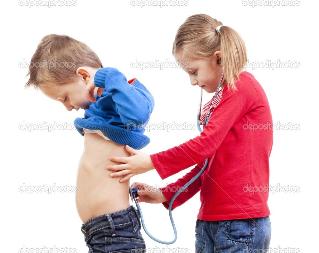 видео сестра с братом играют в доктора