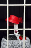 Retro Red Hat in Old Store Front Window — Foto de Stock