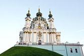 Kiev, ukraina - 02 września: po długiej renowacji ponownie do turystów punkt widzenia św kościół na zejście andrzej 02 września 2012 roku w kijowie, ukraina. — Zdjęcie stockowe