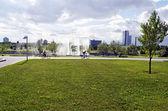 Parque. en la foto - un hombre y una mujer que paseaba en bicicleta en un parque — Foto de Stock
