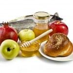 elma, nar, balık, challah ve bal ile natürmort — Stok fotoğraf