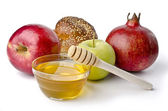 Round challah, apples and a bowl of honey — Stock Photo