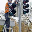 Worker repairs the traffic light — Stock Photo