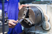 Frezen machine-operator werkt in fabriek workshop — Stockfoto