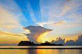 Nascer do sol na praia de chapéu sai do ri em chumphon — Fotografia Stock